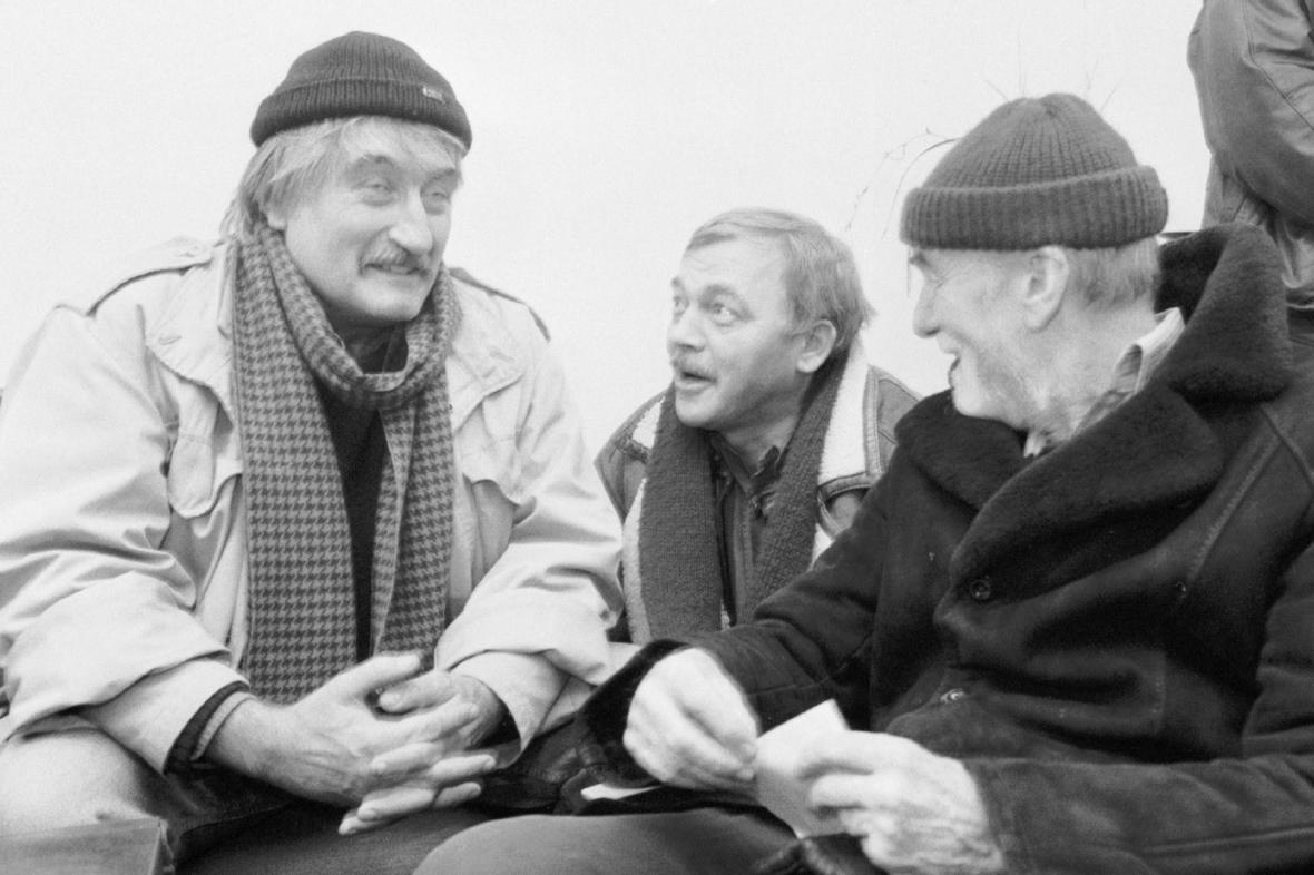 Písničkář Karel Kryl s herci Pavlem Landovským  a Miroslavem Macháčkem