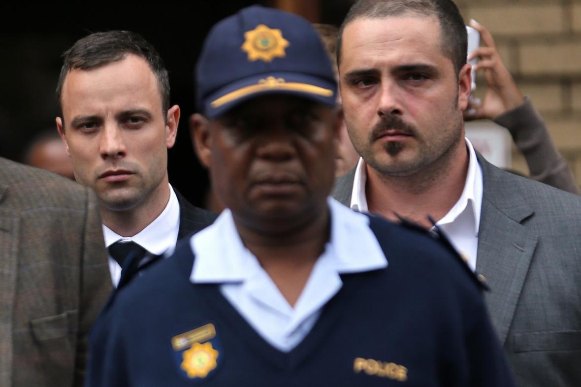Oscar Pistorius v doprovodu policie a příbuzných