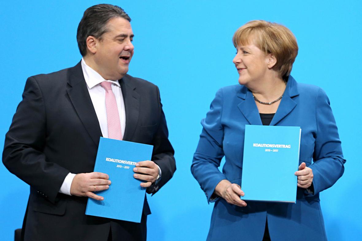 Sigmar Gabriel a Angela Merkelová s koaliční smlouvou