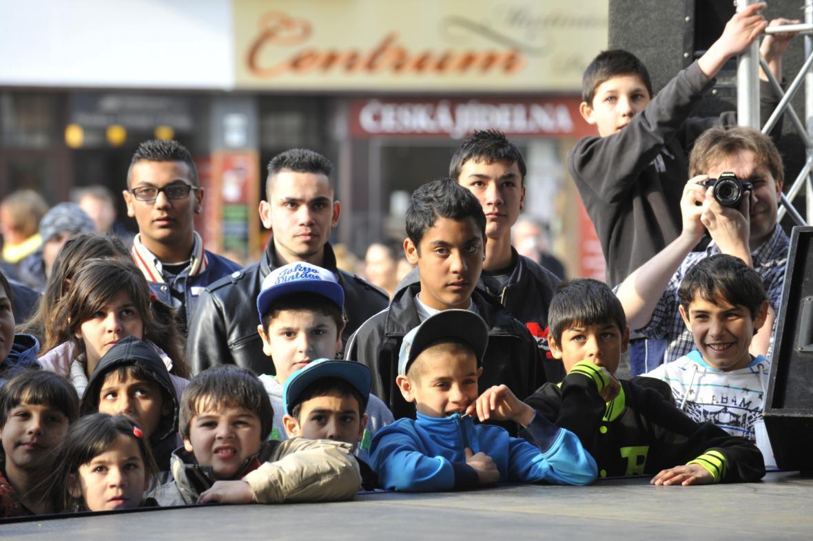 Diváci sledují jedno z vystoupení k Mezinárodnímu dni Romů