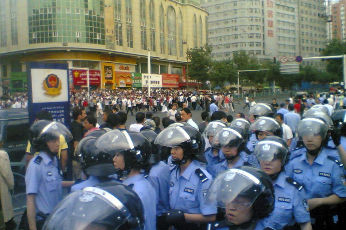 Čínská policie v Sin-ťiangu