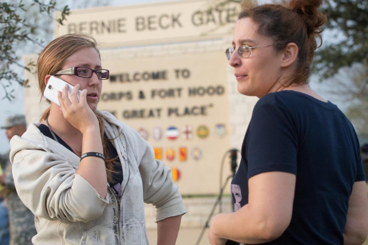 Lidé u základny Fort Hood po střelbě