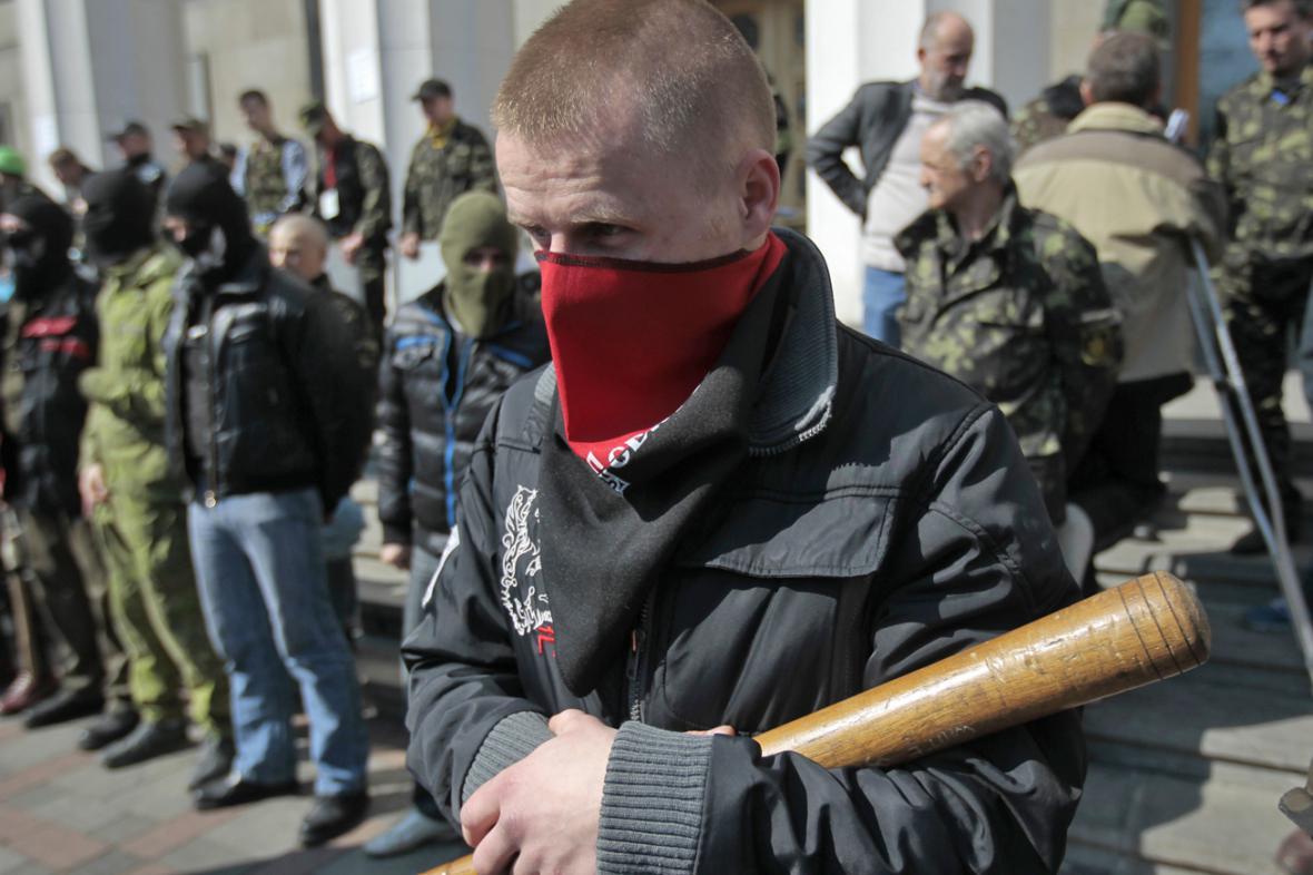 Členové Pravého sektoru před parlamentem v Kyjevě