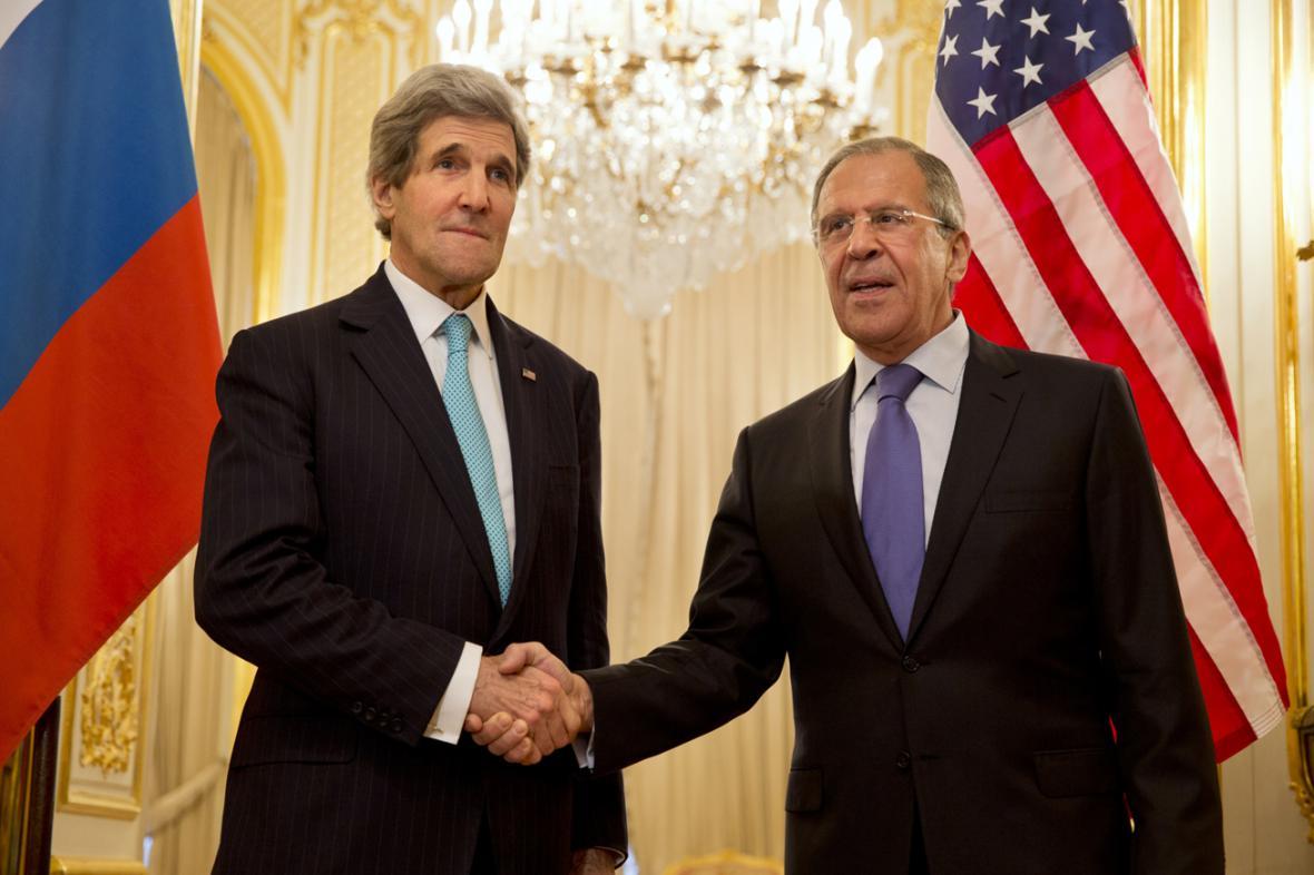 Sergej Lavrov a John Kerry na schůzce v Paříži