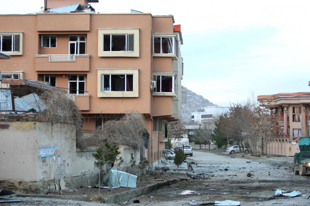 Následky atentátu na penzion v Kábulu