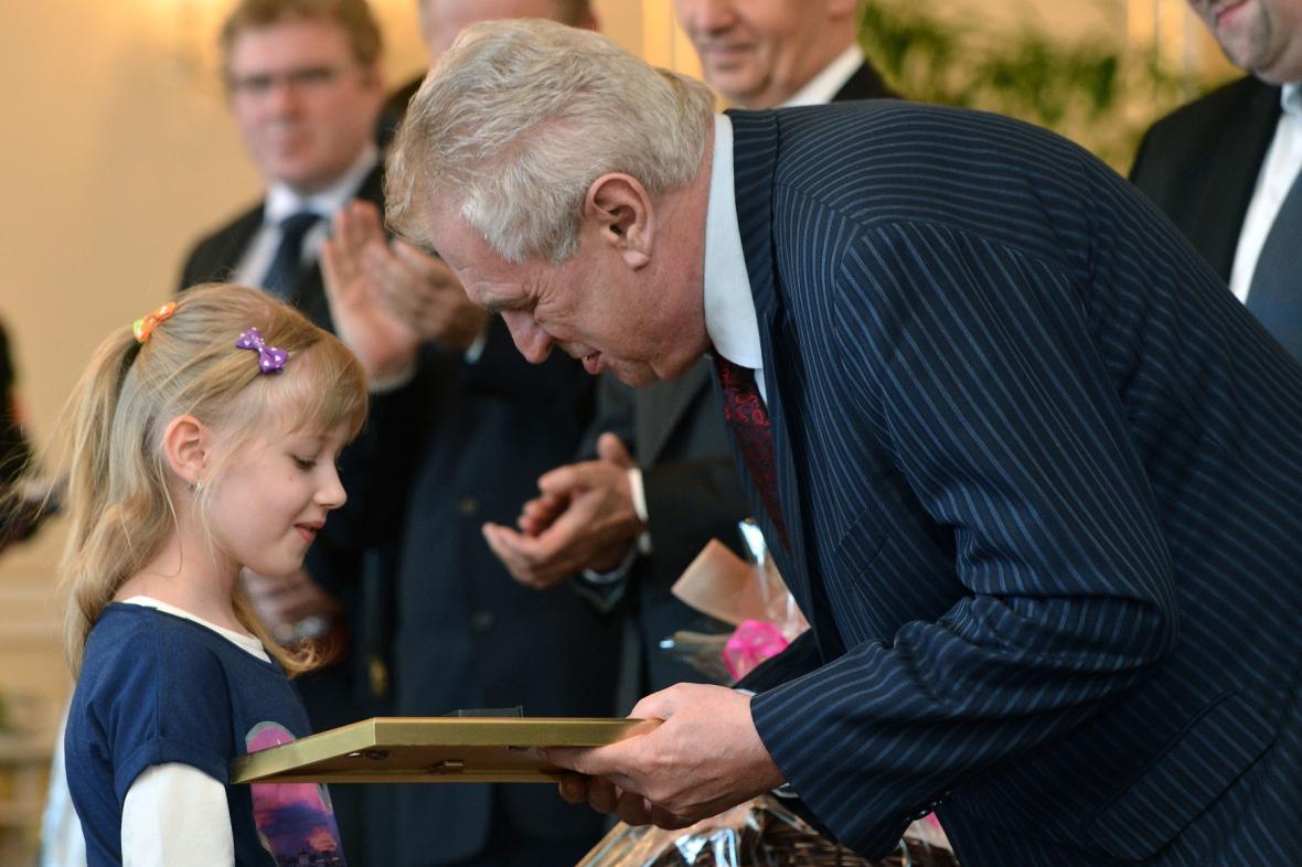 Prezident předává ocenění šestileté Nikole