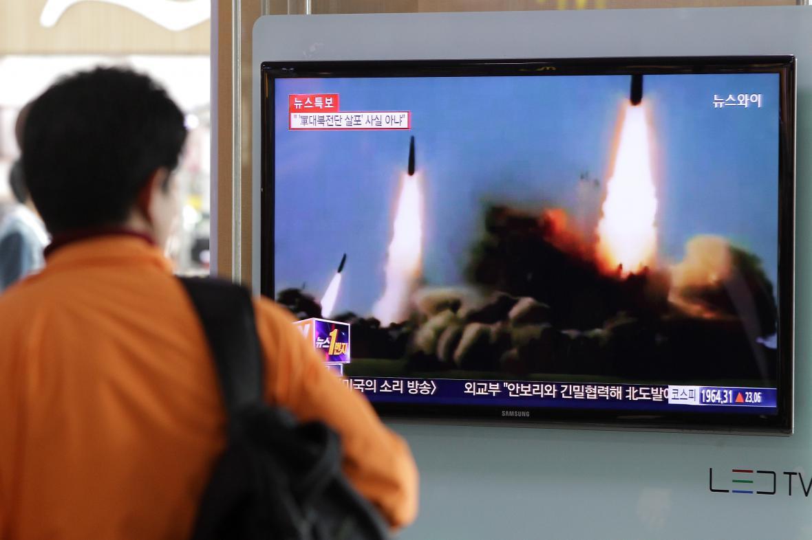 Muž sleduje v televizi severokorejský test raket středního doletu