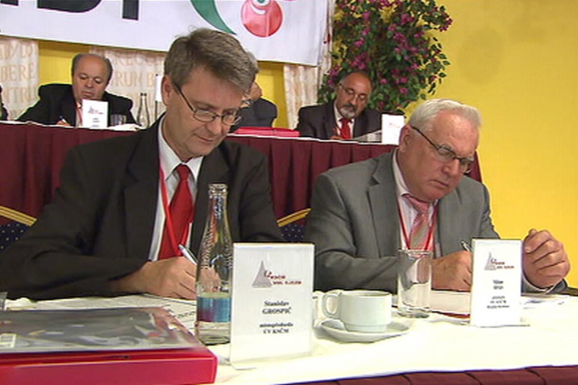 Místopředseda KSČM Stanislav Grospič (vlevo)