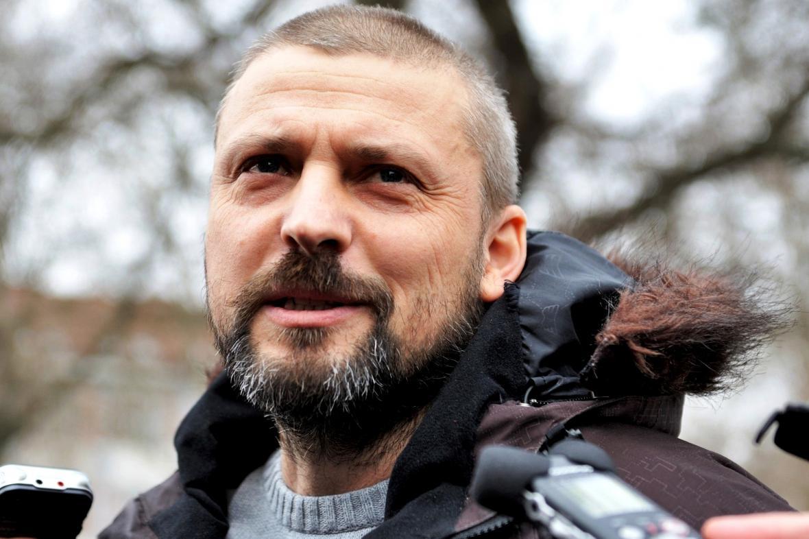 Roman Pekárek při nástupu do vězení