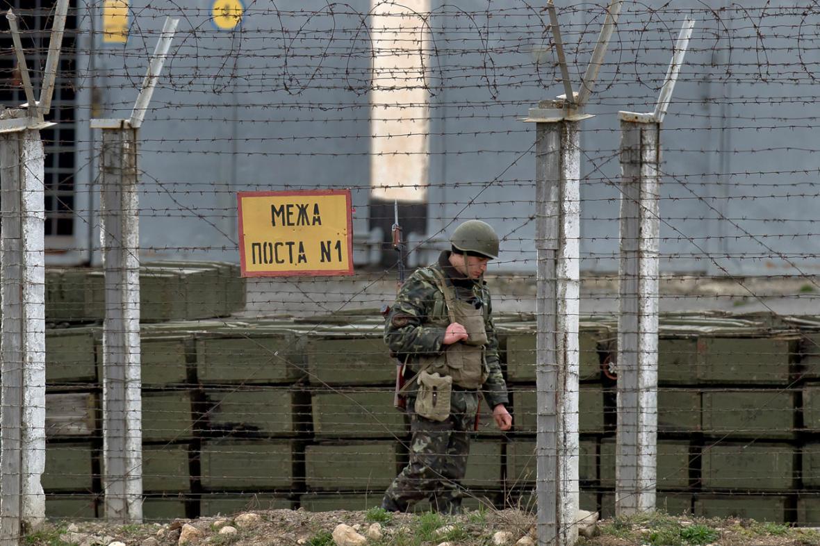 Ukrajinský voják před základnou na Krymu