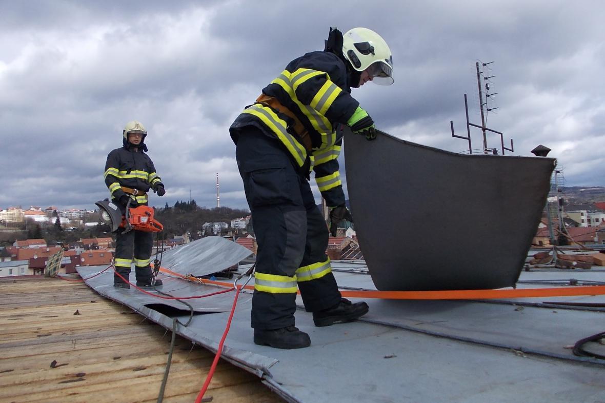 Hasiči zasahují kvůli uvolněné střeše v Lieberzeitově ulici