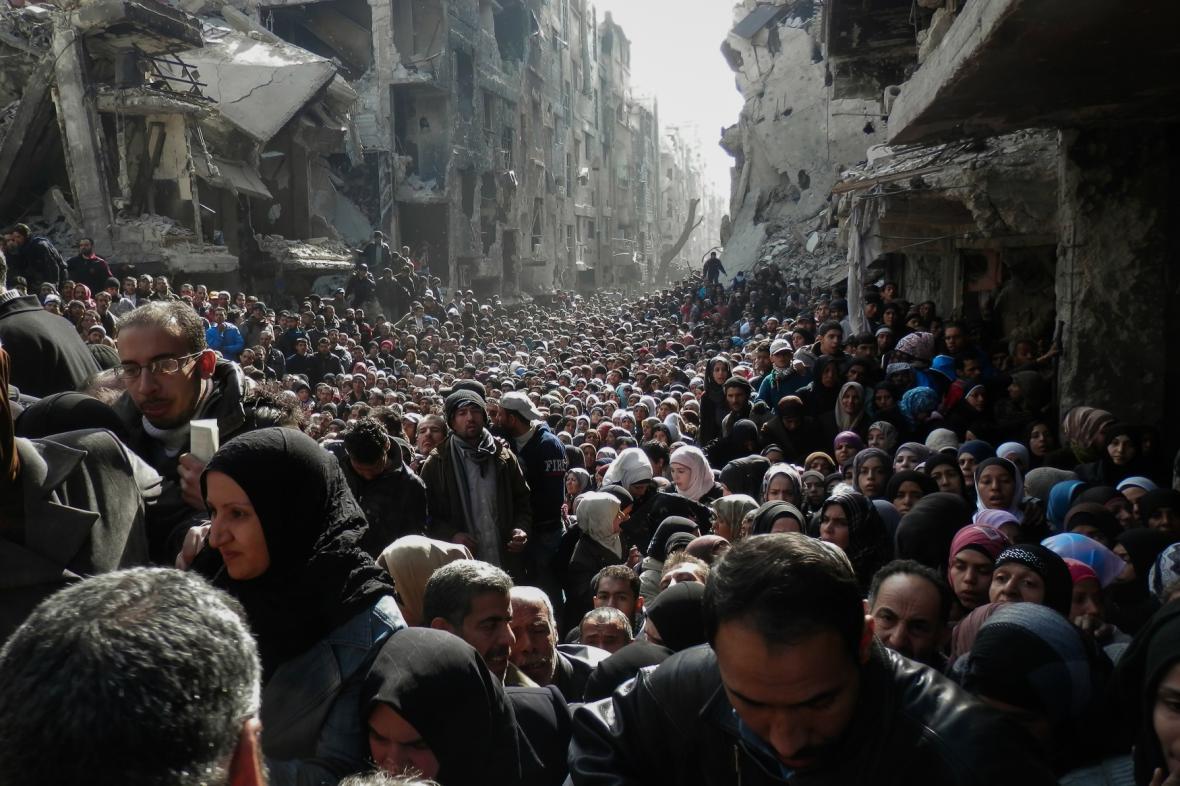 Syřané v uprchlickém táboře Jarmúk čekají na potravinovou pomoc