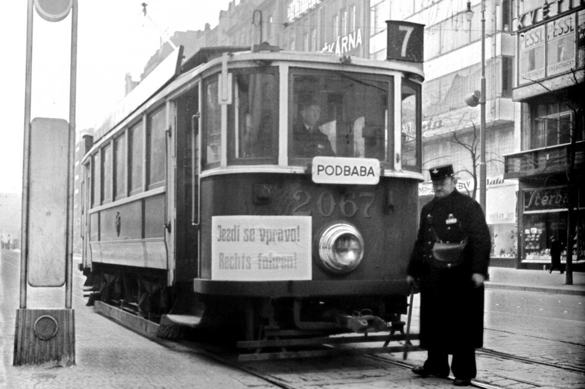 Chodce upozorňovaly i nápisy na tramvajích