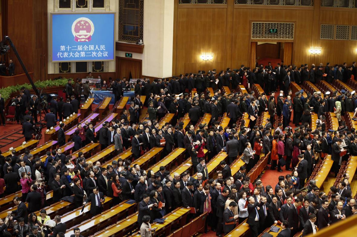 Delegáti opouštějí sál po skončeném zasedání čínského parlamentu