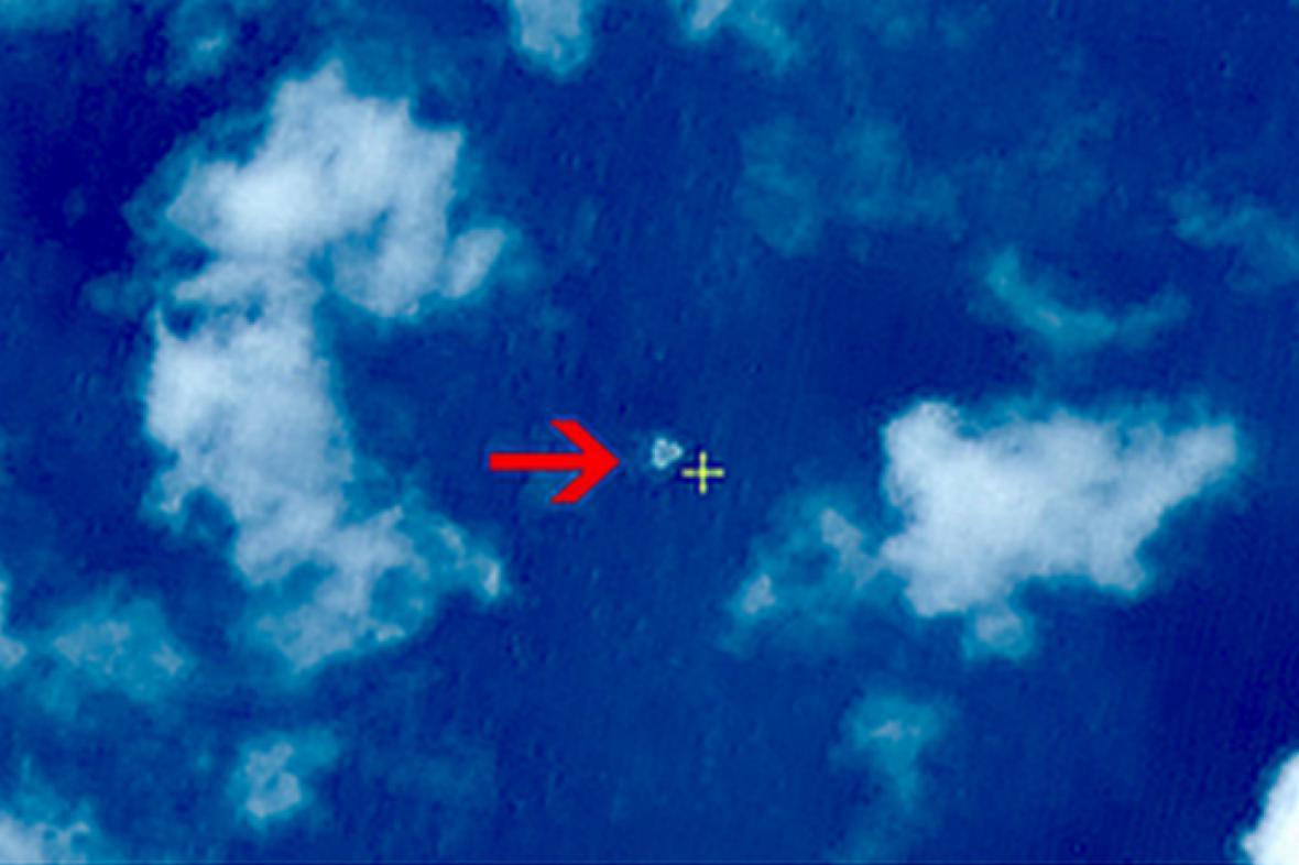 Snímek údajných úlomků ztraceného letadla