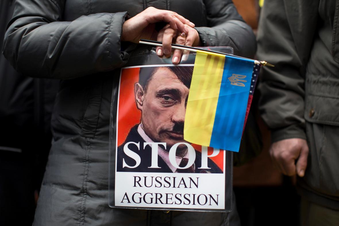 Protest proti ruskému vojenskému zásahu v New Yorku