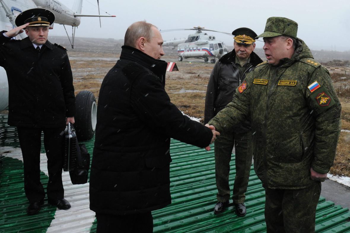 Vladimir Putin při inspekci armádního cvičení
