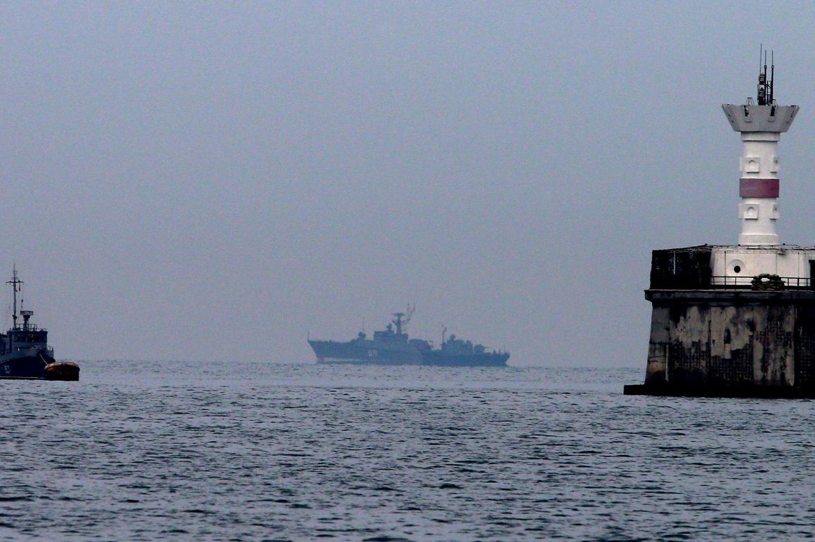 Ruské námořní lodě stráží Sevastopolský záliv