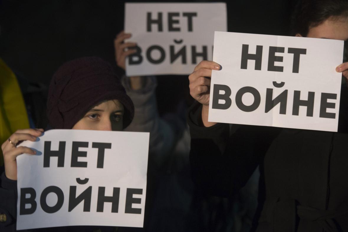 Demonstrace před ruskou ambasádou v Praze