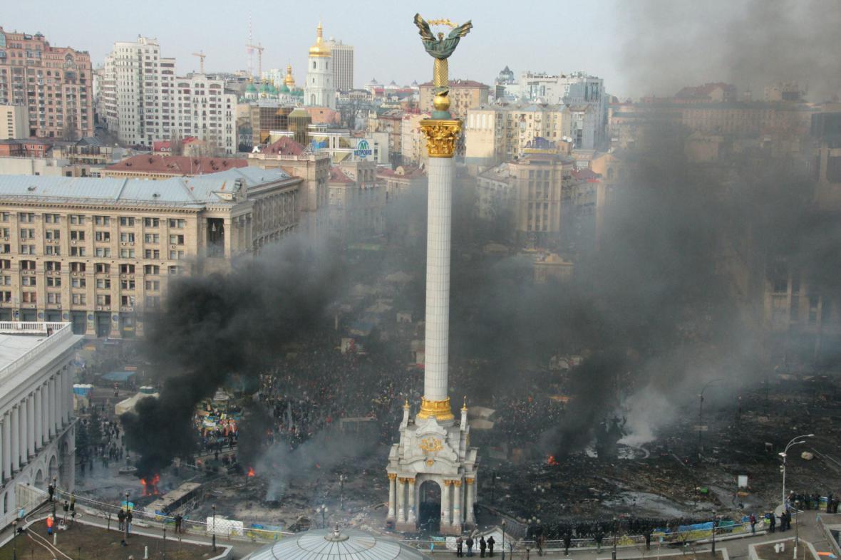 Na Majdanu zůstávají tisíce lidí
