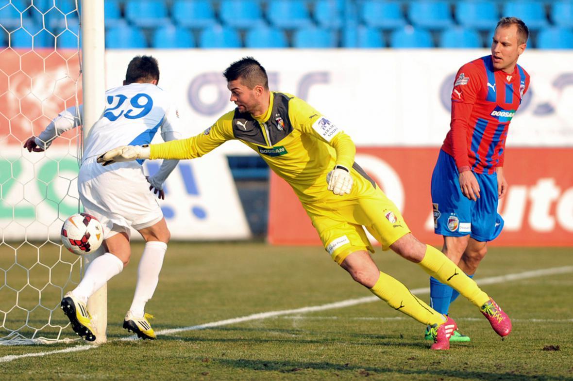 Sporná situace ve 21. minutě v utkání Ostrava - Plzeň