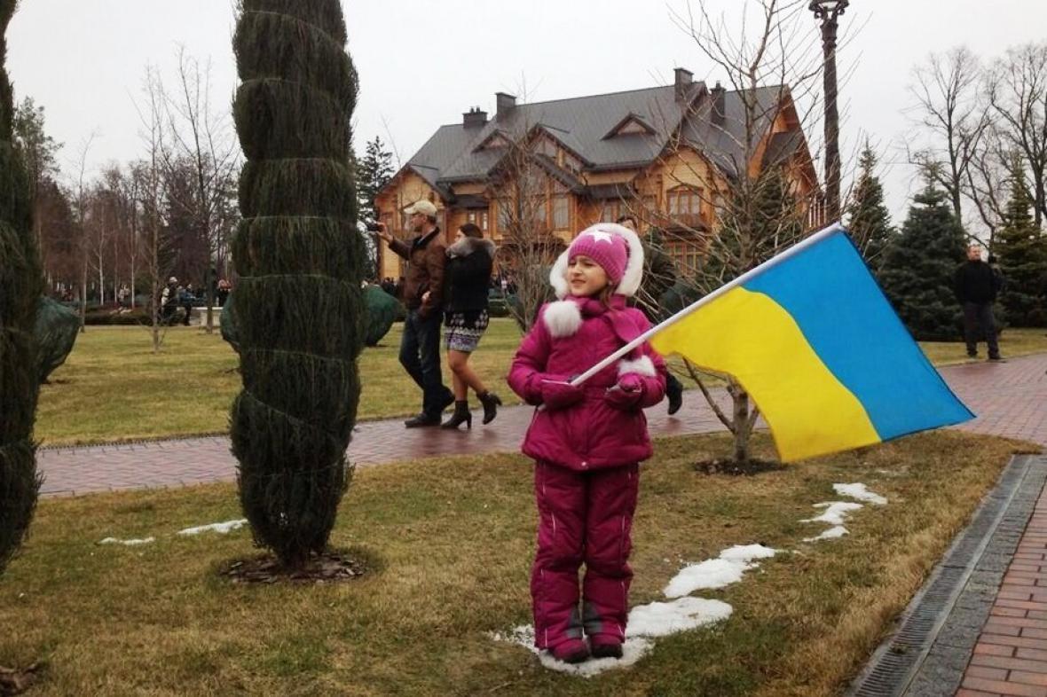Ukrajinské děvče v Janukovyčově prezidentském sídle