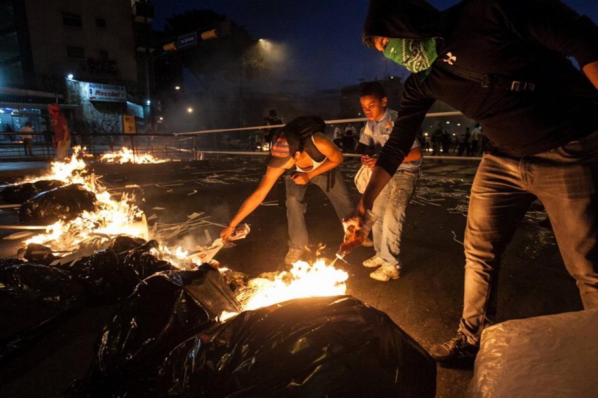 Demonstranti blokují ulice v Caracasu
