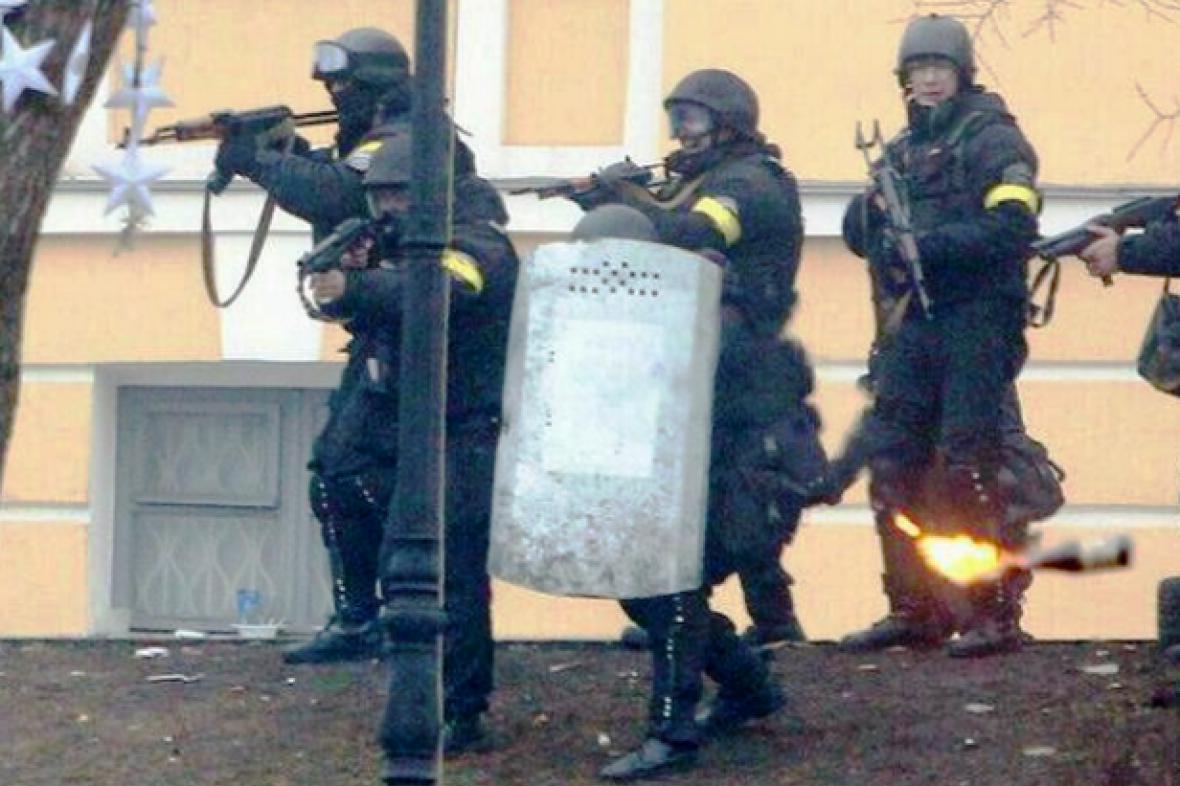 Ukrajinská policie ozbrojená kalašnikovy