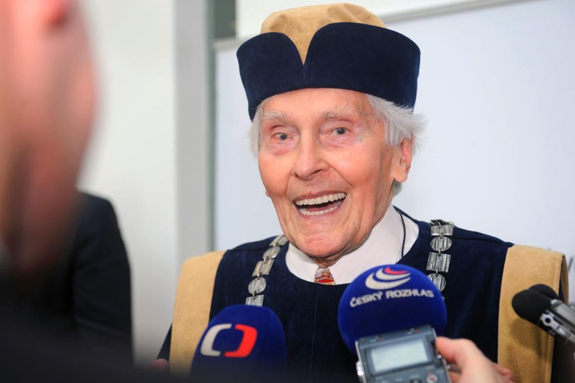 Miroslav Zikmund přebírá čestný doktorát