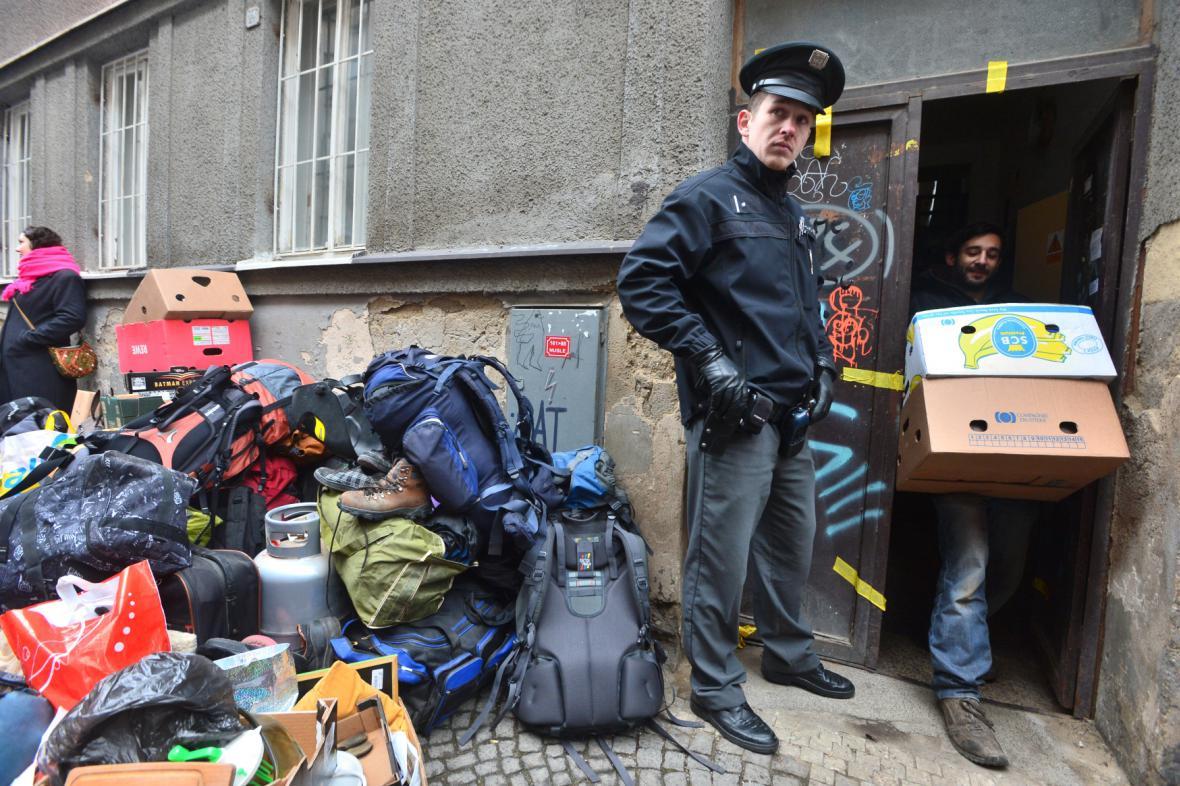 Policie vyklízí squatt v Neklanově ulici