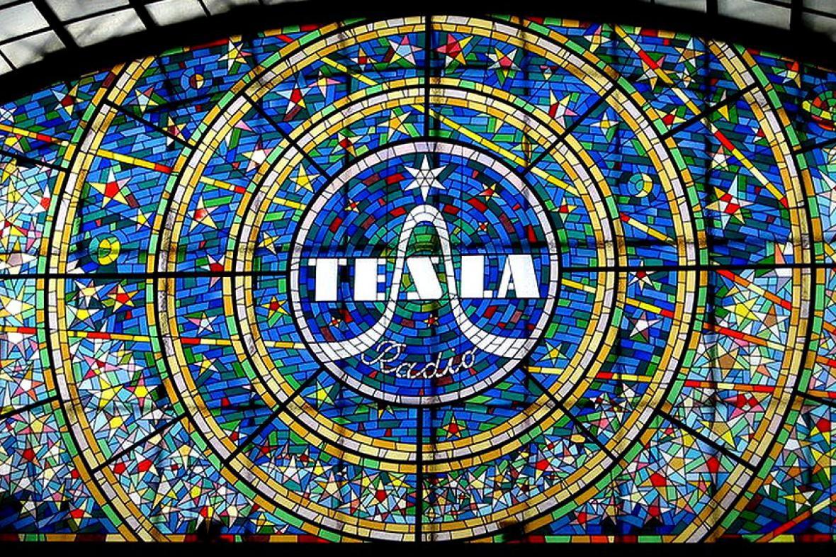 Vitráž s logem československého podniku Tesla Radio v pražské pasáži Světozor