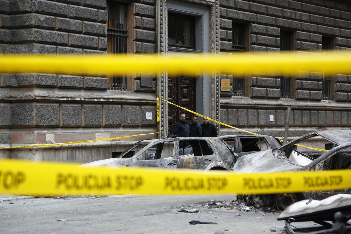 Zničená auta před vládními budovami v Sarajevu