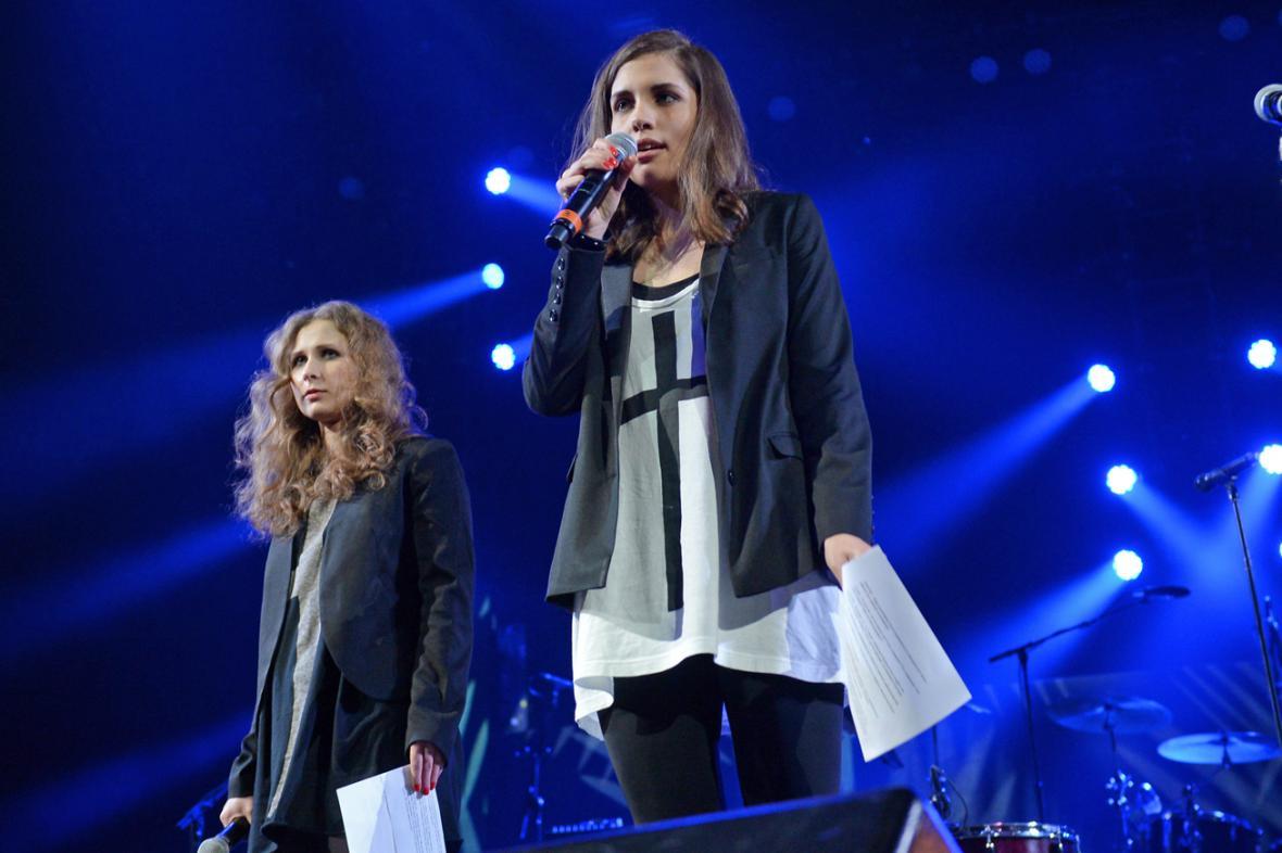 Marija Aljochinová a Naděžda Tolokonnikovová na vystoupení v USA