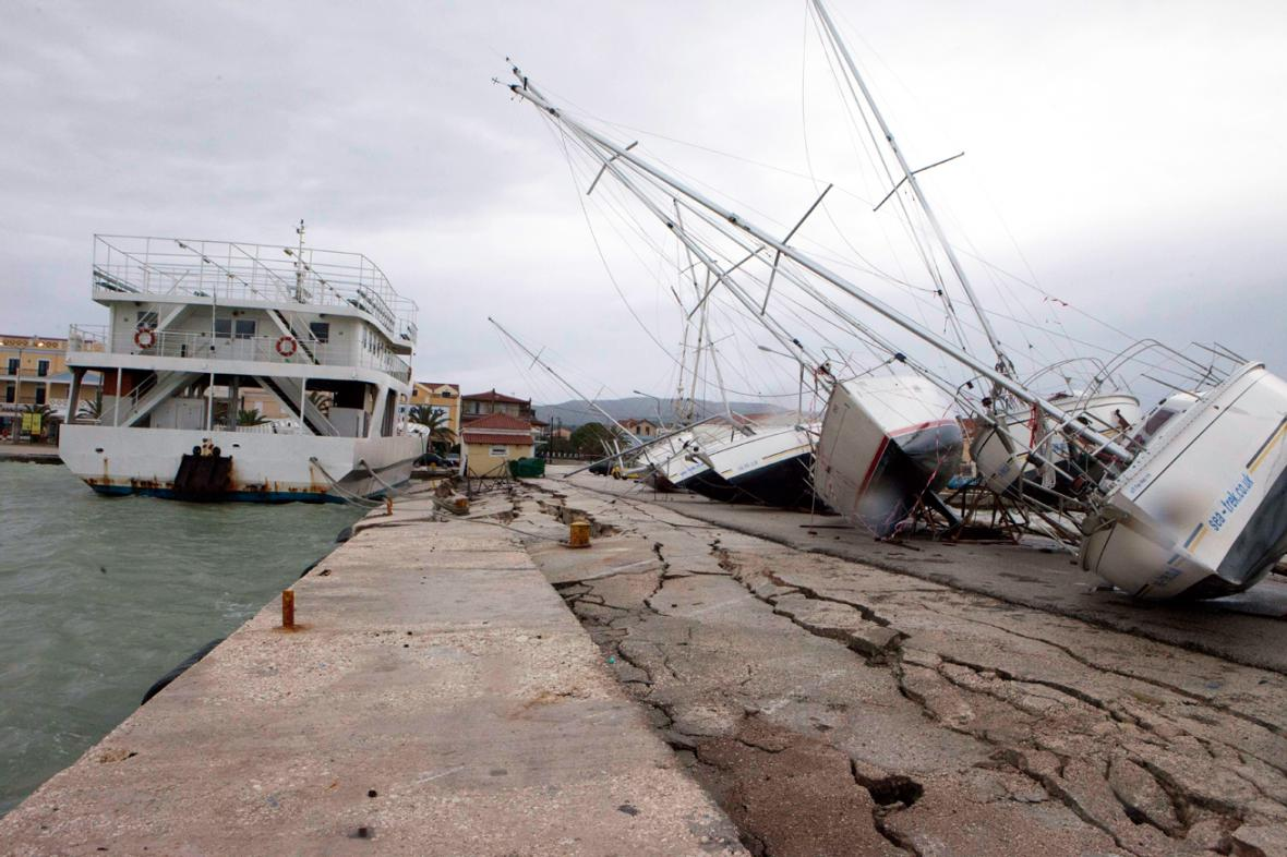 Následky zemětřesení v přístavu Lixouri v Kefalonii