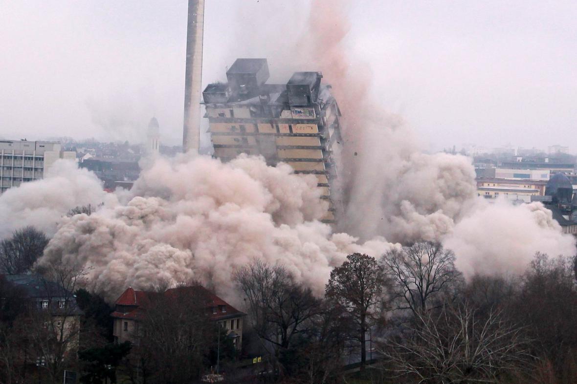 Odstřel 116 metrů vysokého mrakodrapu