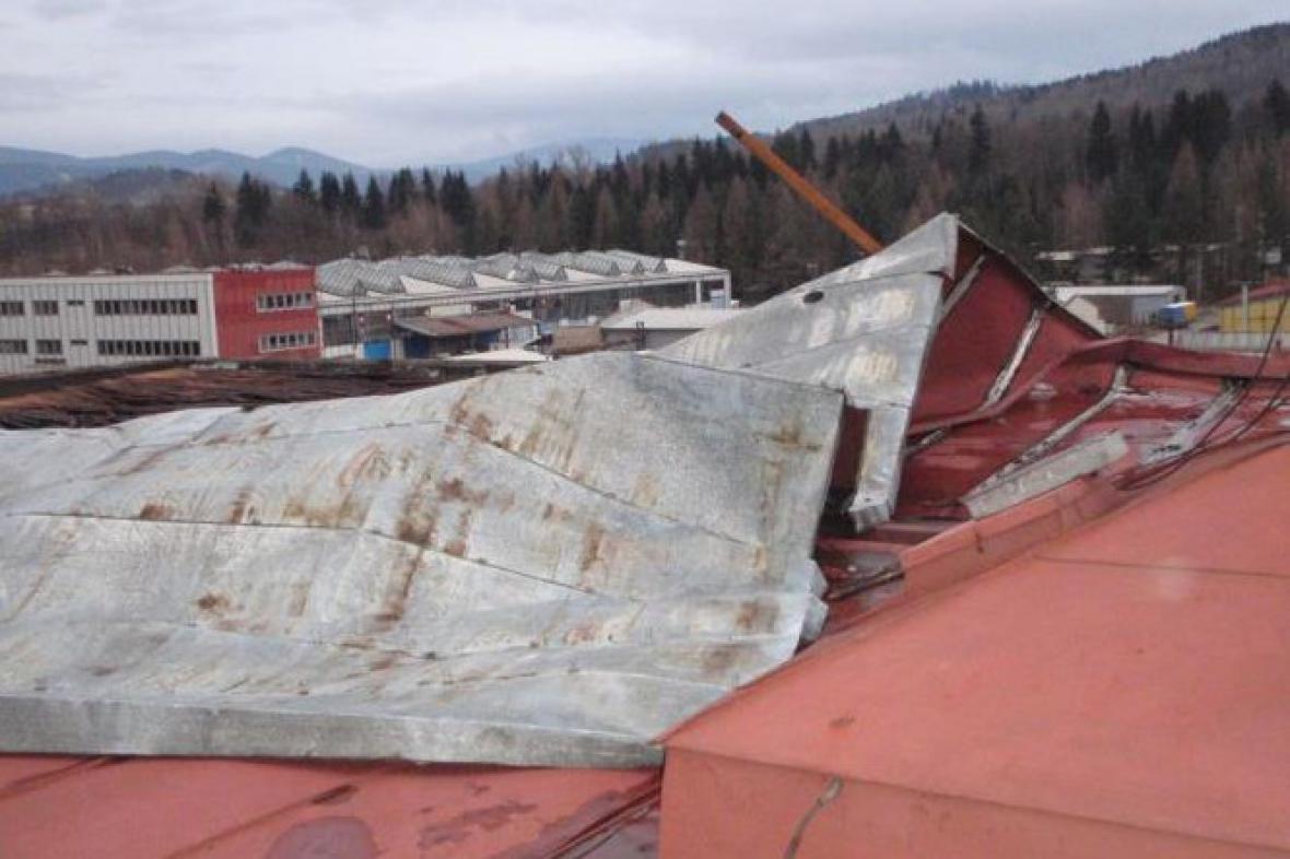 Silný vítr utrhl část plechové střechy v Jeseníku