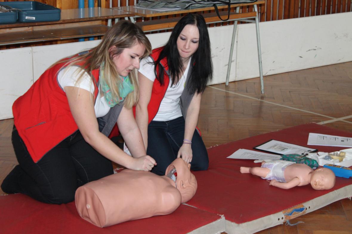 Výuka první pomoci pod vedením studentek SZŠ Trutnov