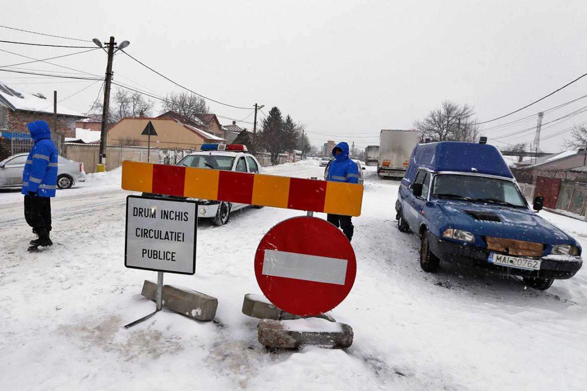Kvůli sněhu musely v Rumunsku zavřít desítky silnic