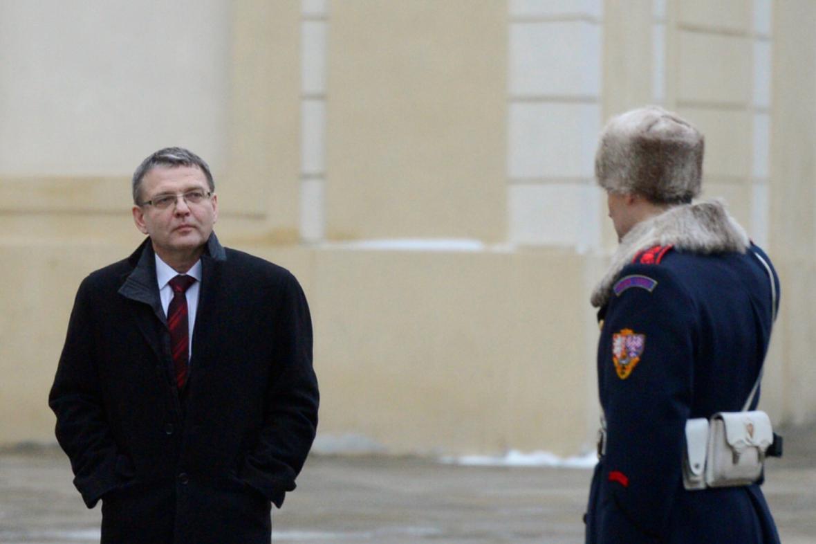 Lubomír Zaorálek přichází na schůzku s prezidentem