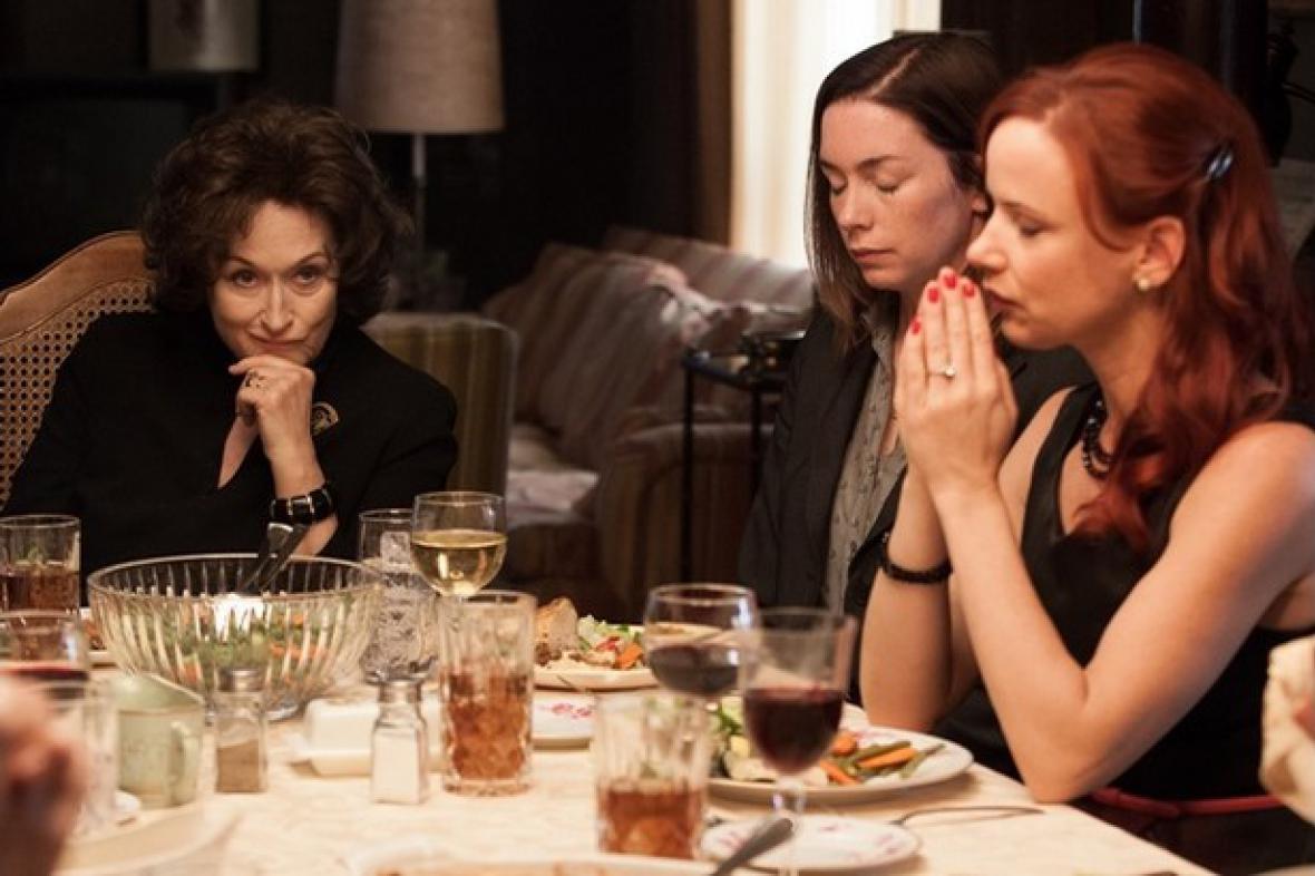 Meryl Streepová (vlevo) v roli konfliktní Violet