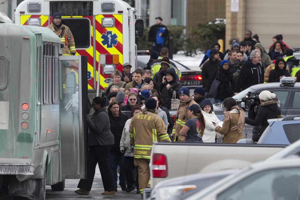 Záchranáři se starají o zákazníky nákupního centra