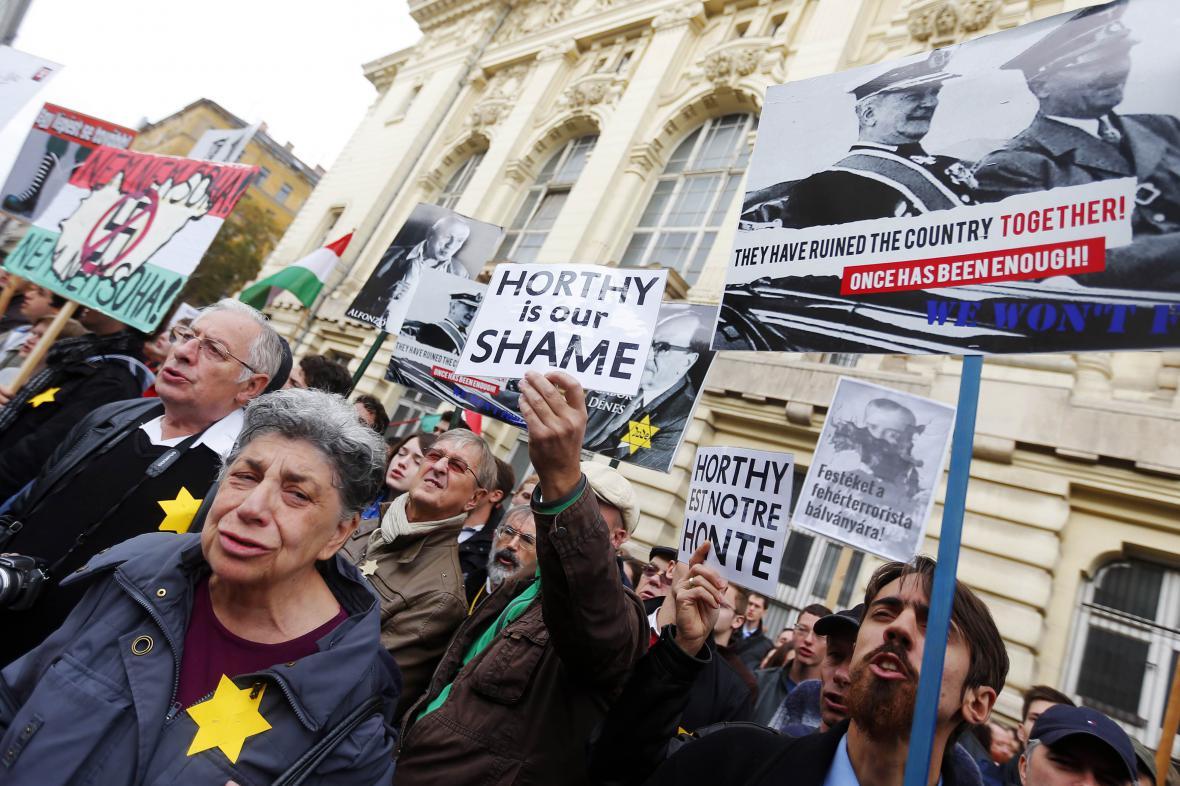 Budapešťský protest proti odhalení památníku Miklose Horthyho