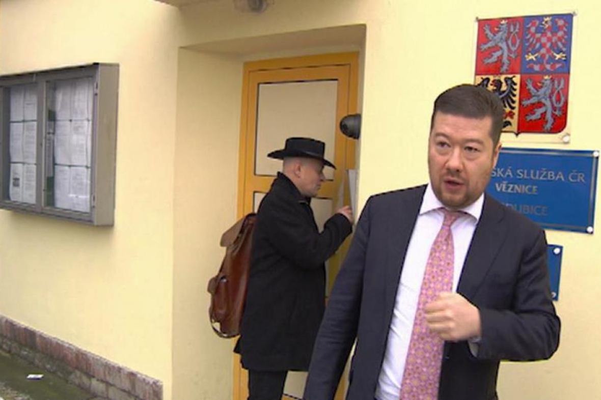 Tomio Okamura a Jaroslav Novák u věznice