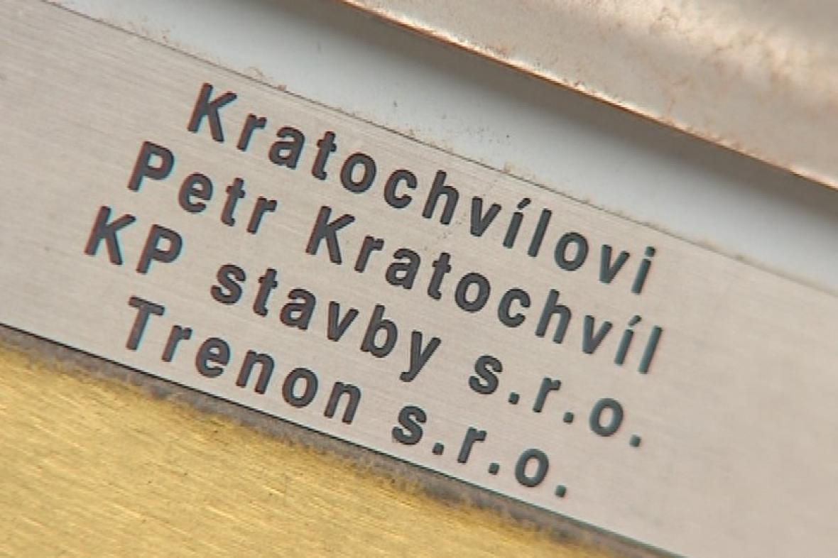 Kratochvíl figuruje ve dvou firmám - KP stavby a Trenon