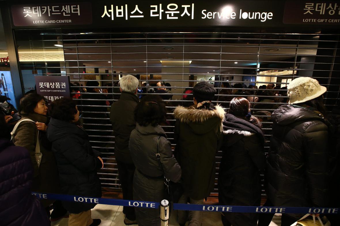 Korejci ve frontě před bankou