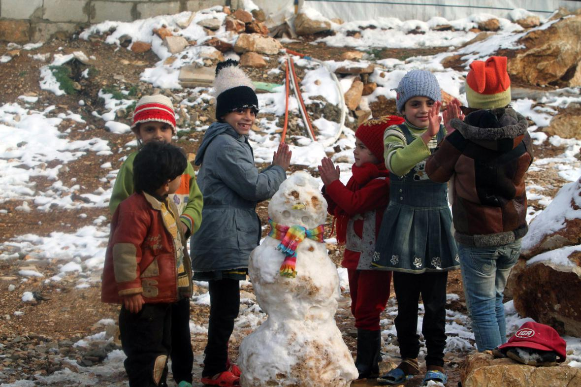 Malí syrští uprchlíci si v Libanonu užívají sníh