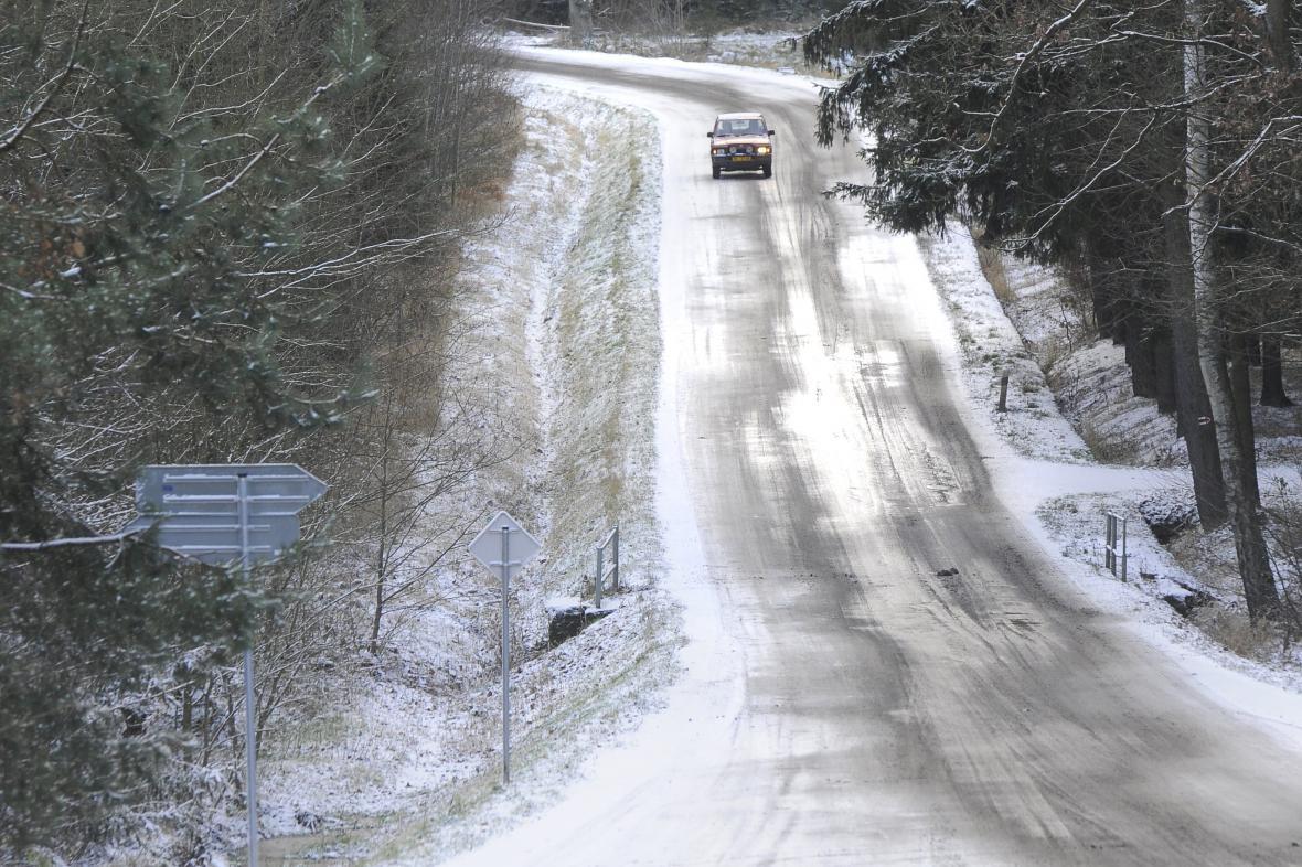 Sníh a ledovka na silnici u Rokycan