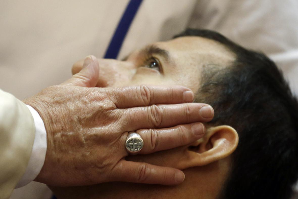 Papež František žehná postiženým při návštěvě v Assisi