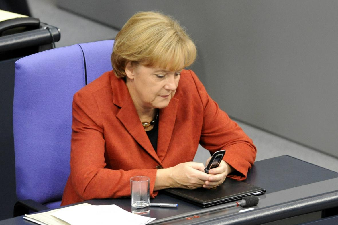 Angela Merkelová se svým telefonem - další cíl amerických odposlechů?