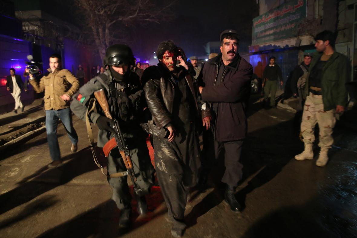 Afghánské bezpečnostní síly odvádějí muže zraněného při atentátu v Kábulu